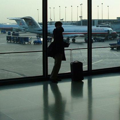 Werknemer is op reis blij en zelfverzekerd