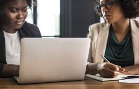 Vrouwen vaker vaste arbeidsrelatie, maar wel in deeltijd